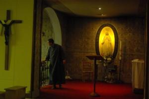 Le sanctuaire, et son recteur, Frère Jean-Elie.